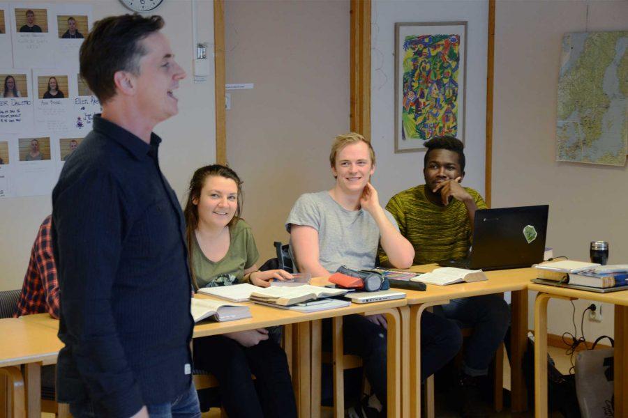 Bibelstudier i klassrum på Bibellinjen – en bibelskola i Jönköping